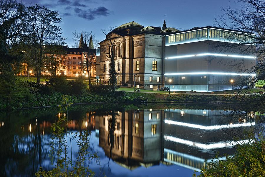 Blick auf die beleuchtete Bremer Kunsthalle in den Wallanlagen