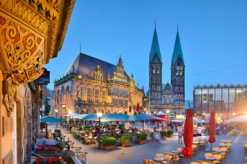 Blick auf den abendlichen Marktplatz mit dem UNESCO-Welterbe Rathaus, St. Petri Dom und Bürgerschaft