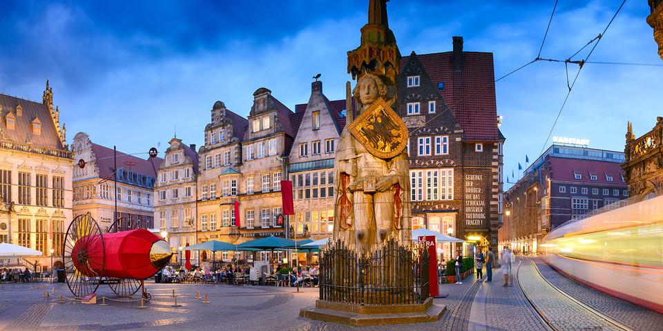 Der Marktplatz am Abend mit Roland und Giebelhäusern