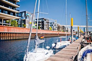 Marina vor modernen Häusern im Europahafen der Bremer Überseestadt