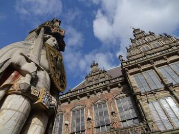 Blick von unten auf das UNESCO-Welterbe Roland-Statue und Bremer Rathaus