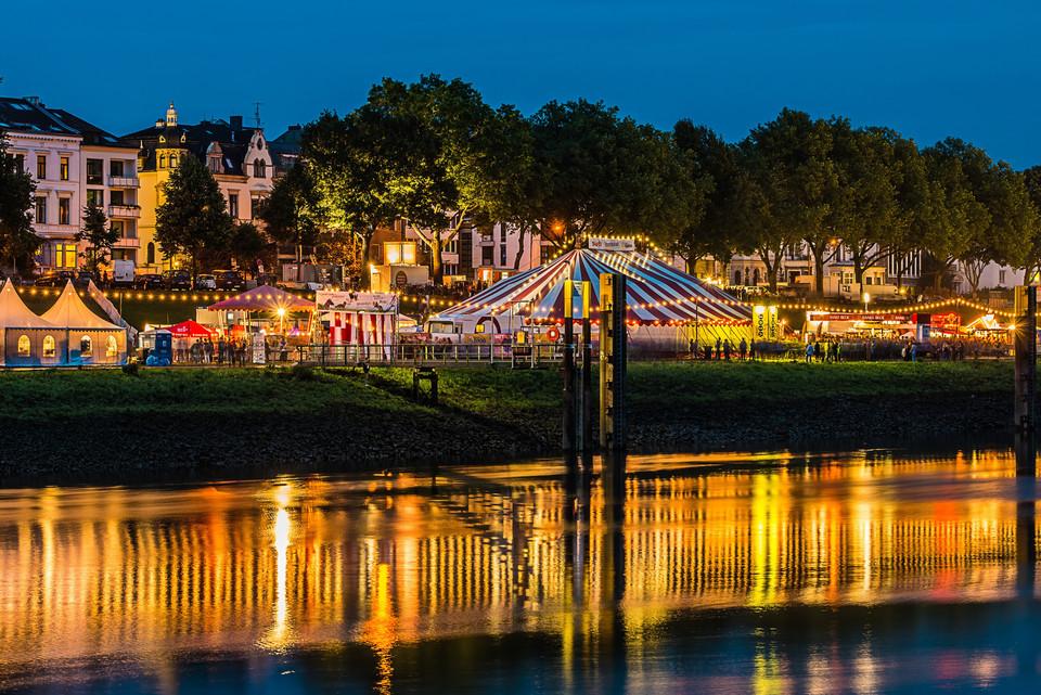 Das bunte Breminale-Festival spiegelt sich in der Weser