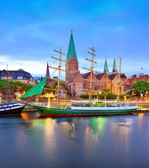 Das Schiff Alexander von Humboldt an der Weserpromenade Schlachte