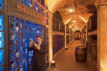 Der Ratskellermeister prüft Wein vor der Schatzkammer vom Bremer Ratskeller