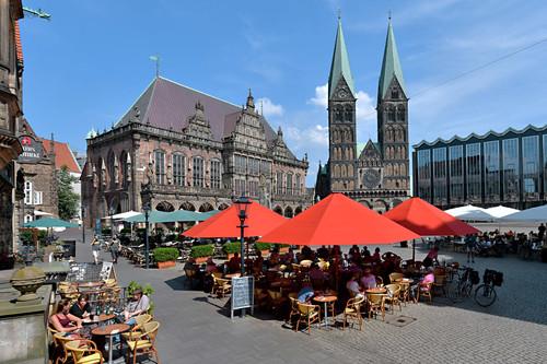 Blick auf den Bremer Marktplatz mit Gastronomie, dem UNESCO_Welterbe Rathaus, St. Petri Dom und Bürgerschaft