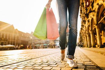 Frau mit Einkaufstüten auf dem Bremer Marktplatz