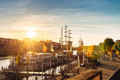 Blick auf Schiffe an der abendlichen Weserpromenade Schlachte
