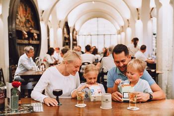 Eine Familie sitzt mit zwei Kindern im Bremer Ratskeller