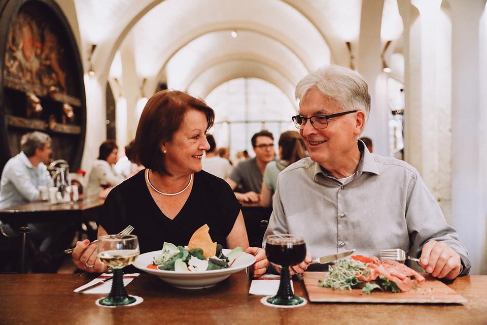Ein Paar beim Essen in der hisorischen Halle des Bremer Ratskellers