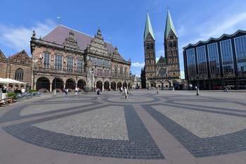 Bremer Marktplatz - Rathaus, St. Petri Dom und Bürgerschaft hinter dem Hanseatenkreuz