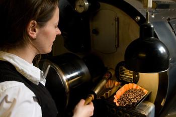 Kaffeeprobe beim Röstvorgang in der Manufaktur Münchhausen