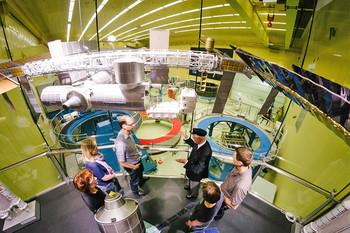 Eine Gruppe blickt bei der Raumfahrtführung in den Reinraum von Airbus