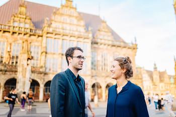 Ein Paar vor der Kulisse des Rathauses auf dem Bremer Marktplatz