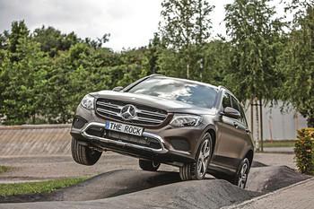 Fahrzeug in Schräglage auf dem Offroad-Parcours The Rock bei Mercedes-Benz in Bremen