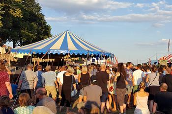 Blick auf das blau-weiße Wohnzimmer-Zelt auf der Breminale-Festival an der Weser